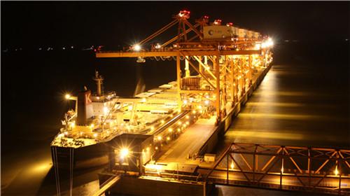 深夜的金色港口