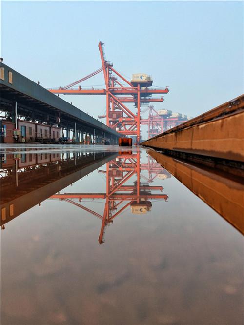 卸船机的水中镜像